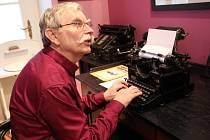Celorepublikového klání v psaní na stroji všemi deseti konajícího se na Obchodní akademii v Přerově se zúčastnili také Jaroslav Zaviačič a jeho manželka Helena. V Muzeu Komenského v Přerově si vyzkoušeli, jaké je to psát na historických psacích strojích.
