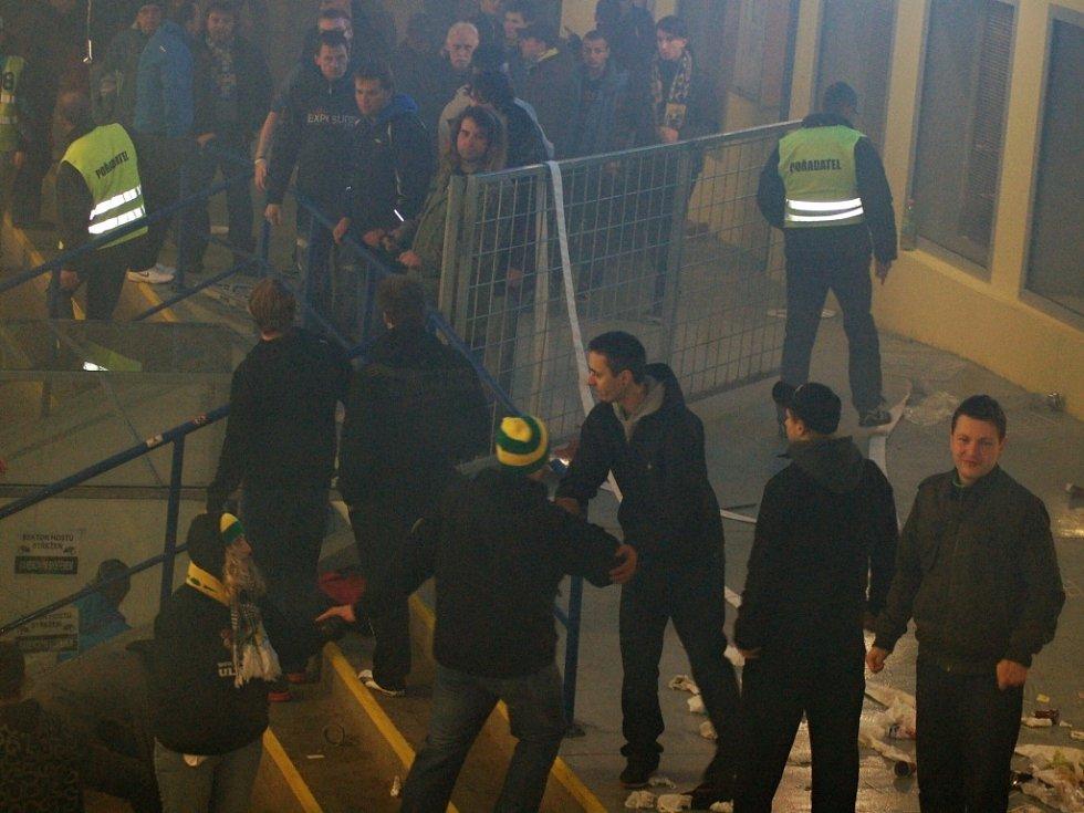 Zubři vs. Vsetín - Peklo a následky výtržnosti fanoušků v Meo Aréně v Přerově při a po zápase v listopadu 2012. Utkání bylo rozhodčími předčasně ukončeno.