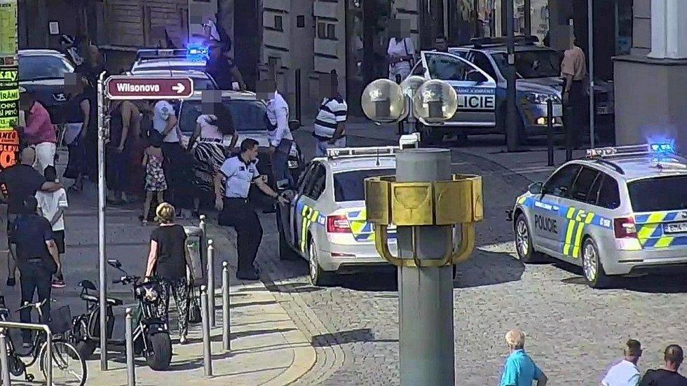 Policisté zasahují u konfliktu znepřátelených romských skupin u cukrárny na Masarykově náměstí v Přerově, 14.7.2020