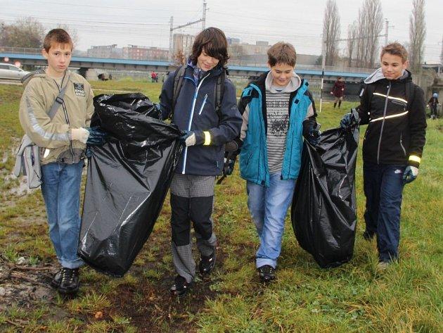 oúklidu okolí řeky Bečvy vPřerově se pustili ve čtvrtek ráno studenti Církevního gymnázia Německého řádu vOlomouci.