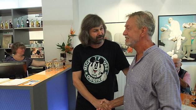 Výstava s názvem Komunikace autora Antonína Lukavského. Umělce (v modré košili) na snímku vítá galerista Libor Gronský