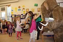 Nejhezčí betlém vytvořily děti z Keramické mateřské školy v Přerově. Zaslouženou výhru jim přišel předat mamut Čenda.