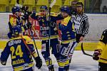Hokejisté Přerova (v modrém) proti Sokolovu.