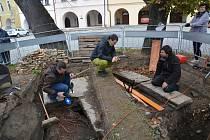 Velké překvapení čekalo badatele, kteří odkryli v pátek dopoledne část betonového záklopu studny na Horním náměstí v Přerově. V hloubce čtrnácti metrů se totiž nacházela voda. Původní studna byla vybudována na přelomu 15. a 16. století.