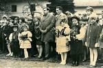 Děti v krojích vítali v roce 1991 nového doktora v obci Vlkoš, kterým byl Rudolf Černín.