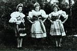 Fotografie z roku 1945 zachycuje ženy v krojích – na oslavu vítězství pod Meslama.