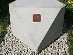 V Lipníku je nově rozmístěno šest betonových kostek s kovovými destičkami s piktogramy. Ty slouží pro poznávací hru, kterou mohou využít především rodiny s dětmi.