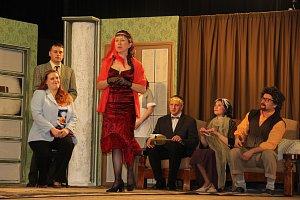 Dřevohostičtí ochotníci představili svou letošní premiéru detektivní komedie Šťastní pozůstalí i divákům v sobotu večer v sále místní sokolovny.