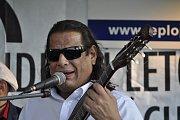 Zpěvák a kytarista Paco de Tanger vystoupil v úterý večer se svým bandem na prostranství u přerovských hradeb.
