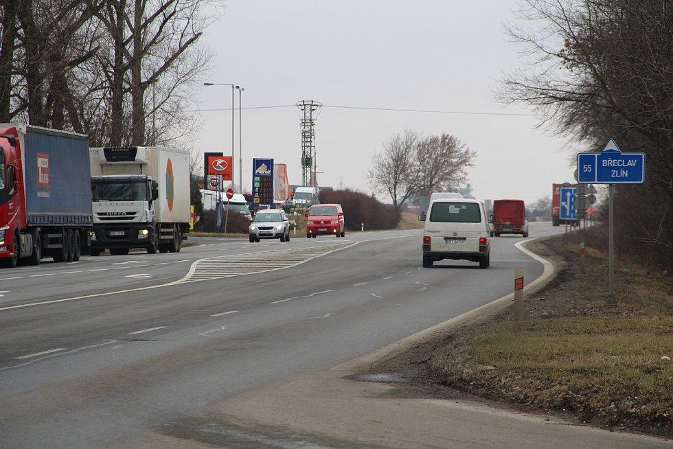 Policisté z přerovského dopravního inspektorátu prováděli v pondělí dopoledne kontroly řidičů také u sjezdu na dálnici u Horní Moštěnice. Na frekventované výpadovce z Přerova na Zlín byla ale doprava plynulá.