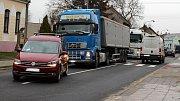 Kamiony po uzavírce Polní ulice projíždí Kozlovicemi