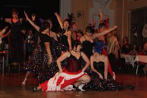 Počestné dámy v róbách i ženštiny pokleslých mravů, gentlemani v oblecích s motýlky, drsní pistolníci nevalné pověsti a šantánové tanečnice. To všechno je divoký západ a to všechno nabídl i Divadelní ples v Sokolovně v Brodku u Přerova, který odstartoval