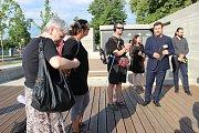 Přední čeští komeniologové, kteří dorazili na konferenci do Přerova, navštívili také Památník jednoty bratrské v lokalitě Na Marku. O tom, jak zde probíhal před lety unikátní archeologický výzkum, je informoval archeolog Zdeněk Schenk.