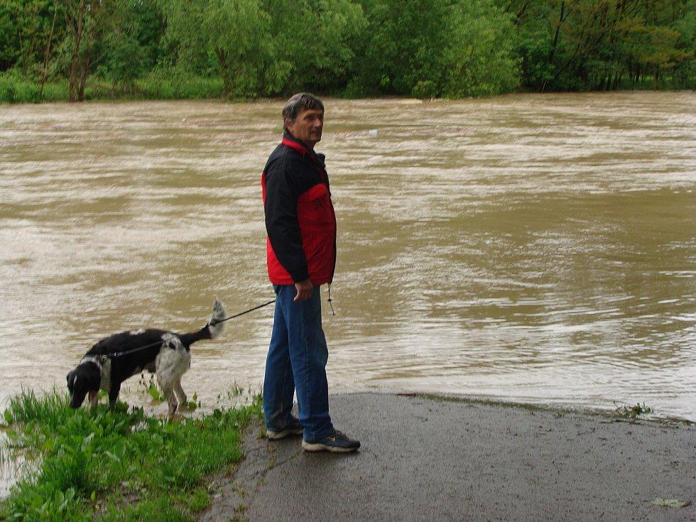 Zatopené okolí Bečvy u tenisových kurtů v Přerově v květnu 2010, kdy do Přerova dorazila padesátiletá voda
