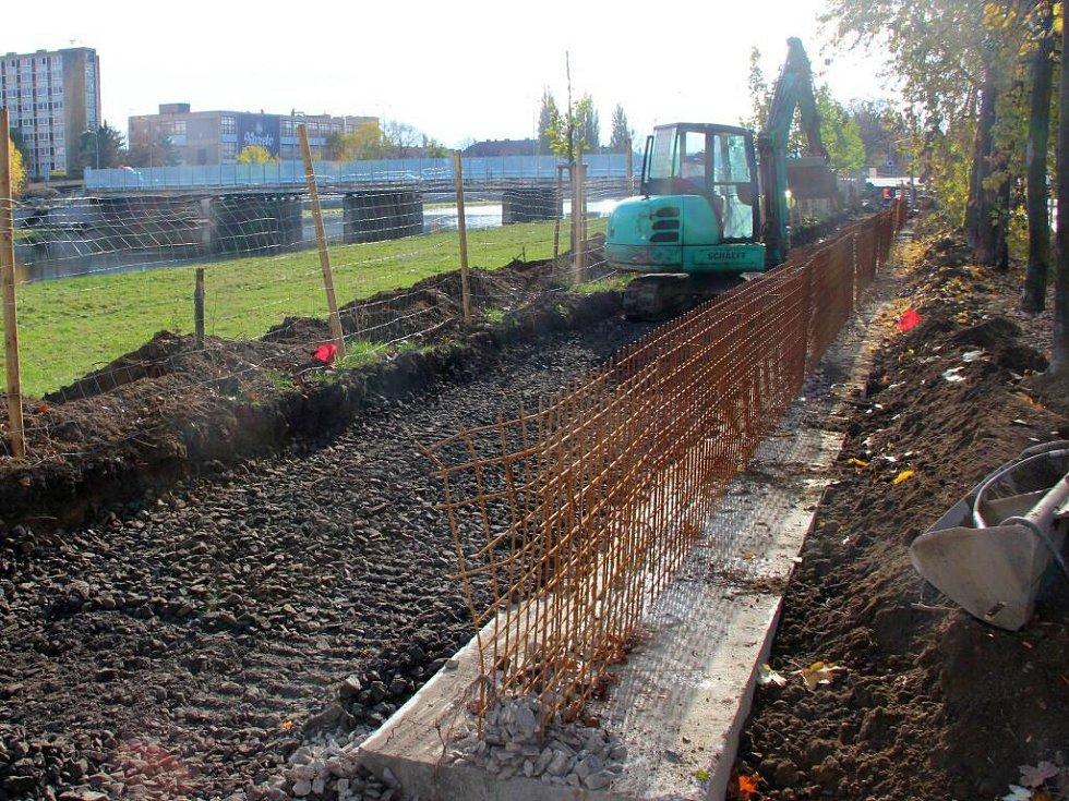 Stavba protipovodňové zídky na nábřeží Edvarda Beneše se rozběhla naplno – ustoupit jí musely první stromy, které byly v aleji vykáceny tento týden.