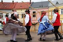 Folklorním festivalem V zámku a podzámčí ožilo v sobotu Horní náměstí v Přerově. Dopoledne se na podiu vystřídaly dětské soubory, odpoledne patřilo folklornímu pásmu Zahréte nám muzikanti!