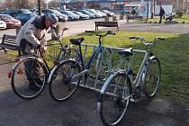 Dvacet držáků na kola teď slouží cyklistům v Přerově