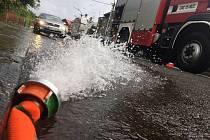 Vydatný déšť v neděli 31. července způsobil problémy především v Lipníku nad Bečvou. Hasiči museli odčerpávat vodu ze zatopených sklepů