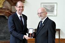 Významné ocenění - Kříž za zásluhy se stuhou záslužného řádu - získal od německého prezidenta bývalý ředitel Muzea Komenského v Přerově, historik  František Hýbl.