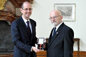 Předání ocenění historiku Františku Hýblovi