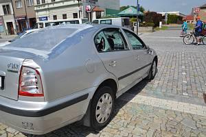 Setkání kvůli pátečnímu incidentu na kojetínském náměstí. Při incidentu bylo rozbité sklo na autě (na snímku