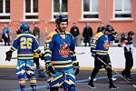 Hokejbalisté Přerova (ve žlutých dresech) proti Porubě.