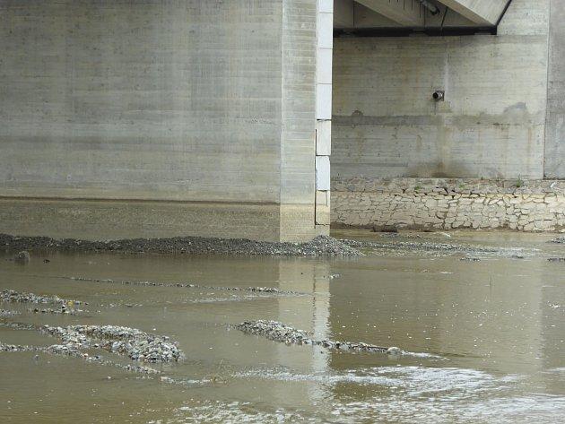 Foto: Magistrát města Přerova. Město Přerov reklamuje závady na dvou pilířích Tyršova mostu.