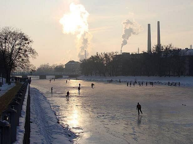 Bruslení na zamrzlé Bečvě v Přerově