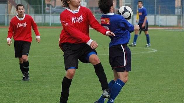 Fotbalisté Přerova (v červeném)