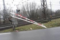 Jen ulomenou závorou a škodou 10 tisíc korun skončila čtvrteční nehoda v Přerově, při které řidič nákladního auta přehlédl signalizaci a vjel na železniční přejezd