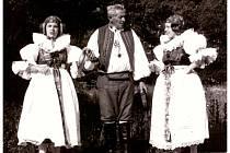 Při natáčení metodického filmu Tance zTovačovska včervnu 1984 vPřerově – zakladatel FS Haná Přerov Alois Běhal a sestry Zehnalovy