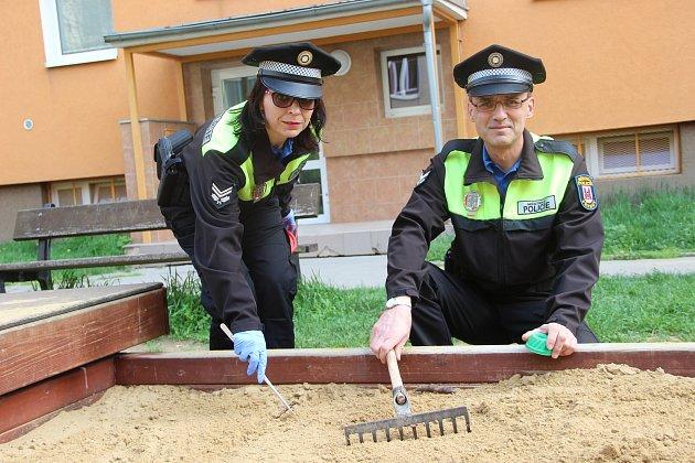 Do akce Jehla se v úterý zapojili také přerovští strážníci, kteří se zaměřili na kontrolu více než šest desítek dětských hřišť ve městě.