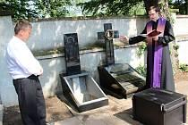Znovuuložení zpopelněných ostatků žen a dětí, které byly v červnu roku 1945 zavražděny při krvavém masakru na Švédských šancích