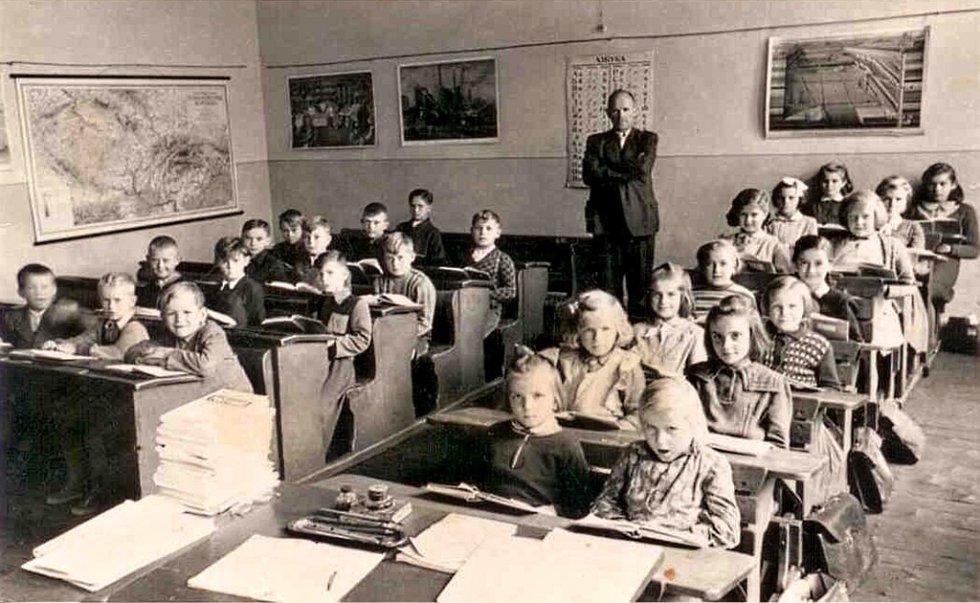V roce 1898 byla v Tučíně postavena jednotřídní škola, na dvoutřídní byla rozšířena v roce 1901. Vzhledem ke klesajícímu počtu žáků byla v roce 1979 uzavřena a děti byly převedeny do školy v Želatovicích. Foto třídy pochází z roku 1955..