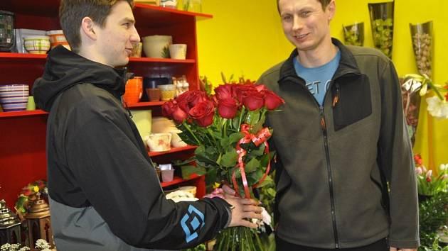 Muži v Přerově vtrhli na svatého Valentýna do obchodů s květinami, aby nakoupili dárky pro své drahé polovičky.