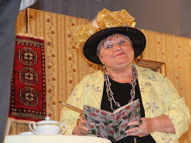Komedii Jak je důležité míti Filipa v podání hranického amatérského divadla Ventyl mohli zhlédnout návštěvníci v kulturním domě v obci Zámrsky.