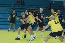 Tomáš Bechný (ve žlutém) v přátelském objetí s Martinem Kavkou při utkání Přerov – Zubří