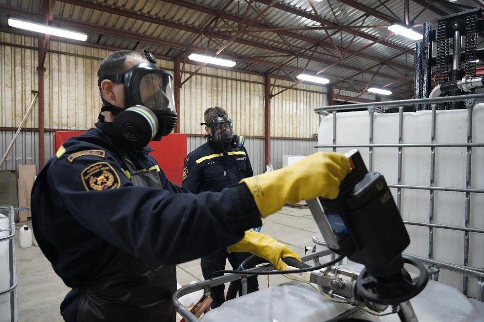 Přerovští chemici zajišťují přípravu dezinfekce pro celý kraj. Mezi nimi i Radek Buryánek, vedoucí chemické a technické služby přerovských profesionálních hasičů