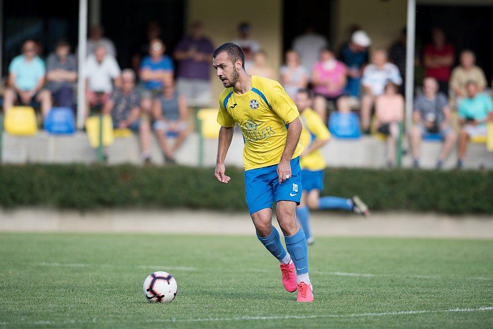 Fotbalisté Kozlovic (ve žlutém) doma porazili Bzenec 2:0. Tomáš Strašák