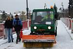 Odklízení sněhu z lávky u loděnice v Přerově