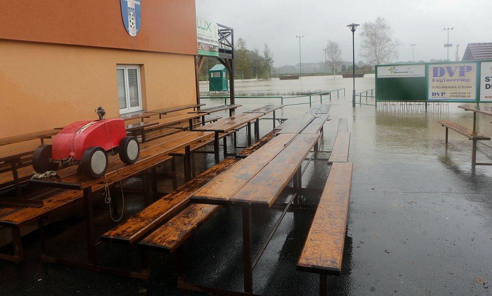 Zaplavený fotbalový areál v Ústí na Hranicku 14.10.2020.