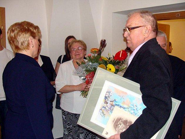 NA ZDRAVÍ. Padesátileté soužití manželů Válkových byl důvod k oslavě. Kvůli nastávajícím volbám však proběhla o týden dříve.