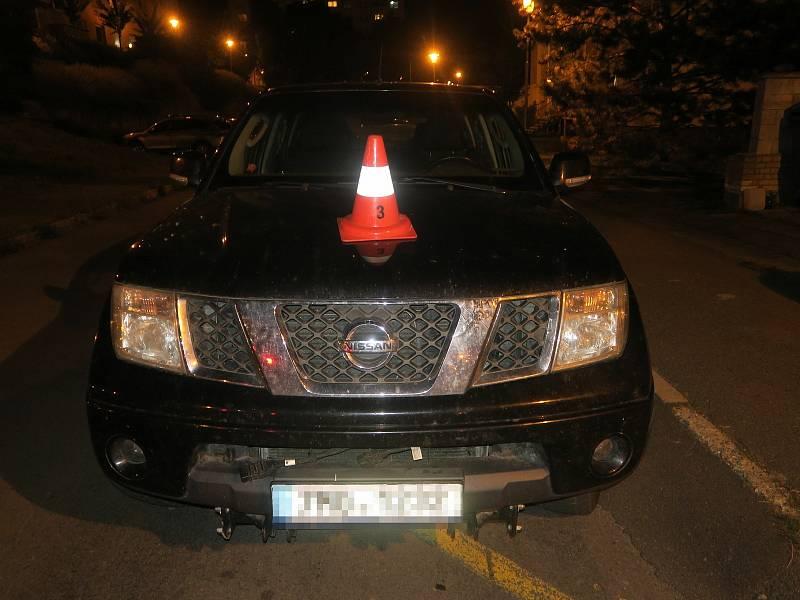 Z Hummeru upadlo kolo, poškodilo zaparkované auto v ulici Mlýnský příkop v Hranicích