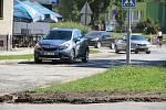 Řidiči poskakují po silnici v Kozlovské ulici v Přerově, kterou stavebník dosud nedokončil.