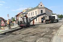 Od středy 7. července se v Přerově uzavřel most přes mlýnský náhon Strhanec v ulici Osmek. Osobní auta mohou dočasně projíždět přes výstaviště