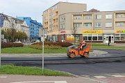 Stavebníci v těchto dnech finišují s pokládkou asfaltu na dvou přerovských rondelech v centru města - u Žerotínova náměstí a bývalé komuny.