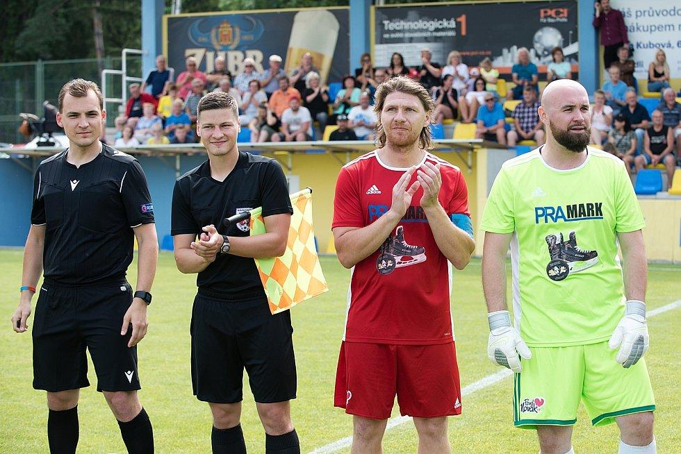 Benefiční fotbalové utkání v Kozlovicích mezi výběrem Kopaček (v bílém) a Hokejek (v červeném).
