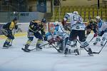 Hokejisté Přerova (v modrém) proti Vrchlabí. Hrálo se poprvé před prázdnými tribunami.