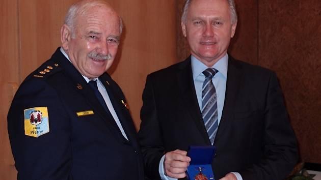 Na snímku velitel Sboru dobrovolných hasičů Jan Sekera (vlevo) předává primátorovi Přerova Jiřímu Lajtochovi Řád prezidia Moravské hasičské jednoty prvního stupně.