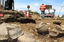 Přerovští archeologové objevili v lokalitě u Prioru 24 popelnicových hrobů.